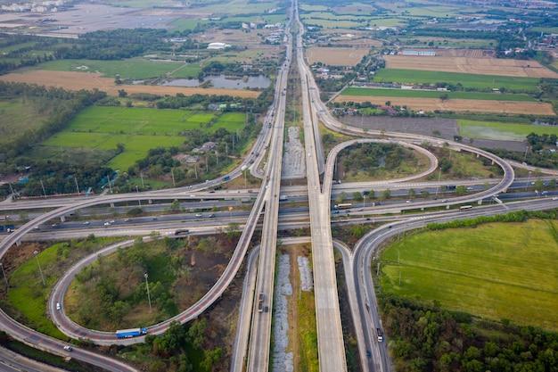 Uitwisselingssnelweg en weg die de countrysideside van de stadsvervoerlogistiek verbinden Premium Foto