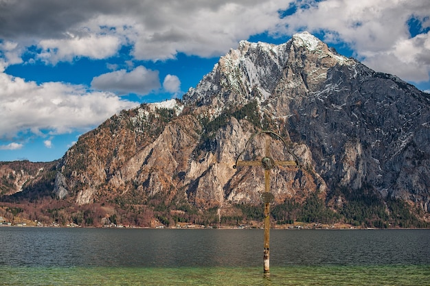 Uitzicht op de bergen en het meer in de alpen Premium Foto