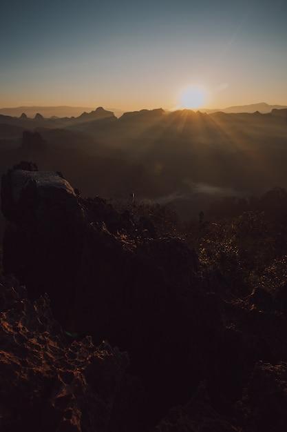 Uitzicht op de bergen en ochtendmist Premium Foto