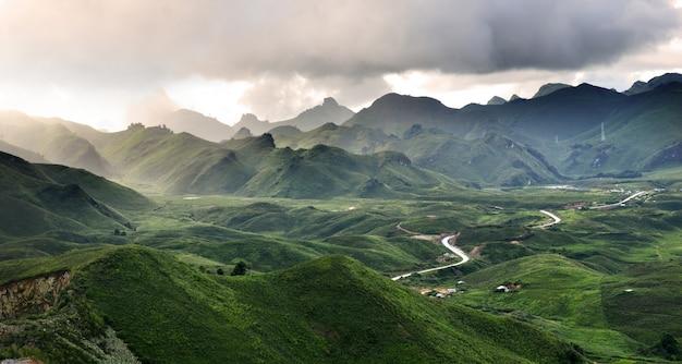 Uitzicht op de bergen in het noorden van laos Premium Foto