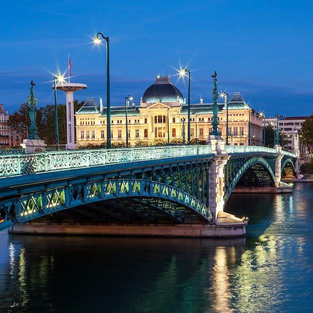 Uitzicht op de beroemde brug en de universiteit in lyon 's nachts Gratis Foto