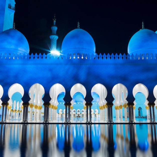 Uitzicht op de beroemde moskee, abu dhabi, 's nachts, verenigde arabische emiraten. Gratis Foto