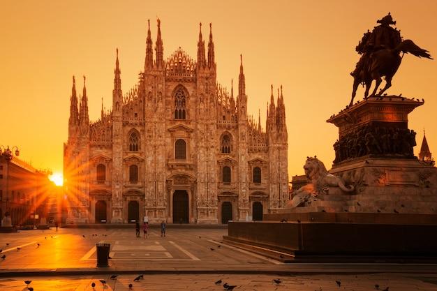 Uitzicht op de duomo bij zonsopgang, milaan, europa. Gratis Foto