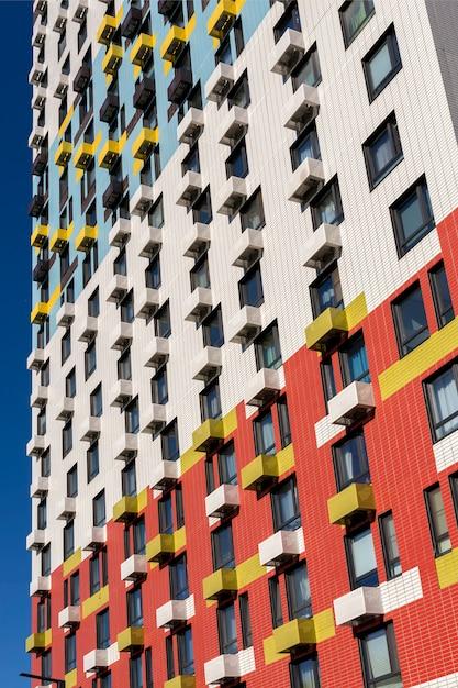 Uitzicht op de gevel van een woongebouw met meerdere verdiepingen. kleurrijke elementen in het ontwerp van het gebouw Premium Foto