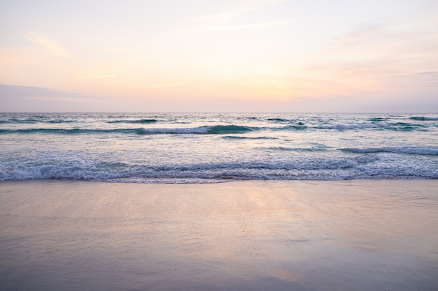 Uitzicht op de gigantische golven, schuimend en spetterend in de oceaan, zonnige dag. Premium Foto