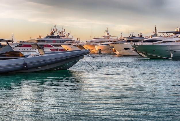 Uitzicht op de haven met luxe jachten van porto cervo, sardinië, italië. Premium Foto