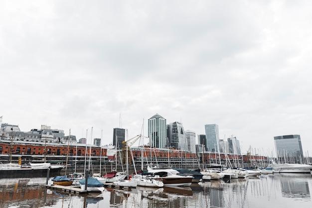Uitzicht op de haven skyline met boten Gratis Foto