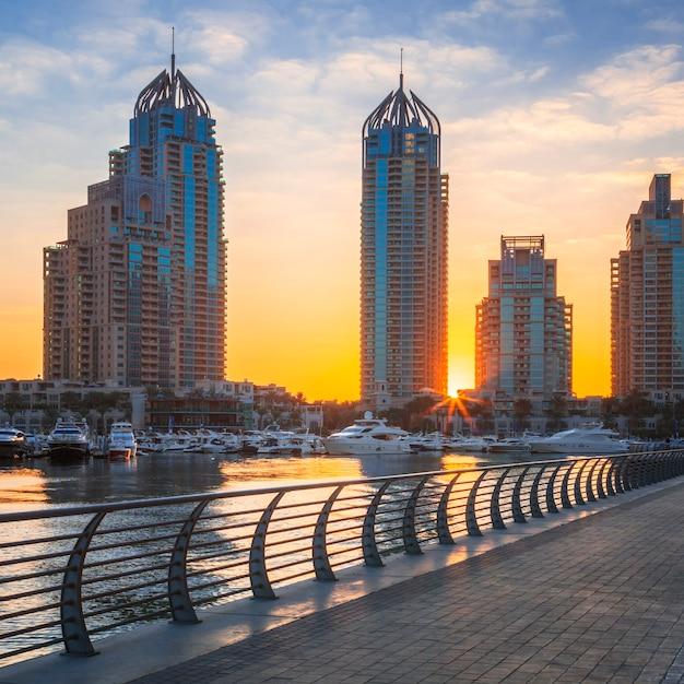 Uitzicht op de jachthaven van dubai bij zonsopgang, verenigde arabische emiraten Gratis Foto