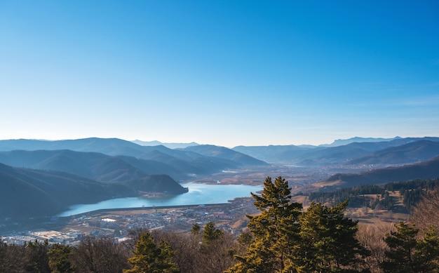 Uitzicht op de natuur met blauwe meer Gratis Foto