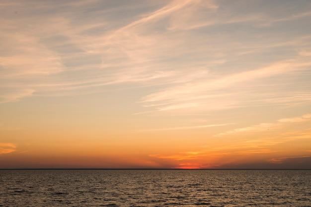 Uitzicht op de oceaan in de avondtijd Gratis Foto