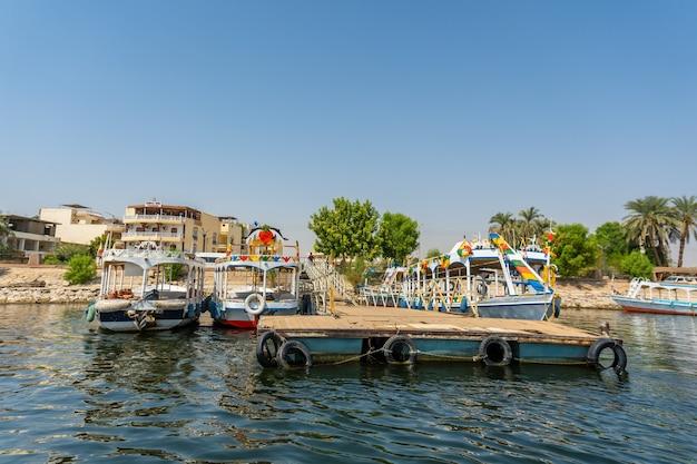 Uitzicht op de omgeving van de stad luxor vanaf de nijl. egypte Premium Foto