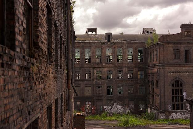 Uitzicht op de oude fabrieksgebouwen. oud gebouw in loftstijl Premium Foto