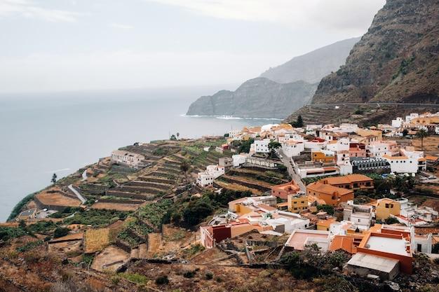 Uitzicht op de oude stad op de rots van het eiland la gomera, canarische eilanden, spanje. Premium Foto