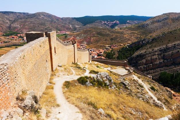 Uitzicht op de oude stadsmuur in albarracin Gratis Foto