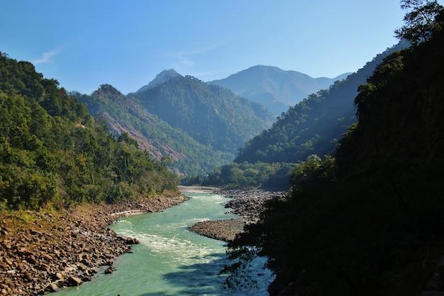 Uitzicht op de rivier de ganga en de indische himalaya Premium Foto