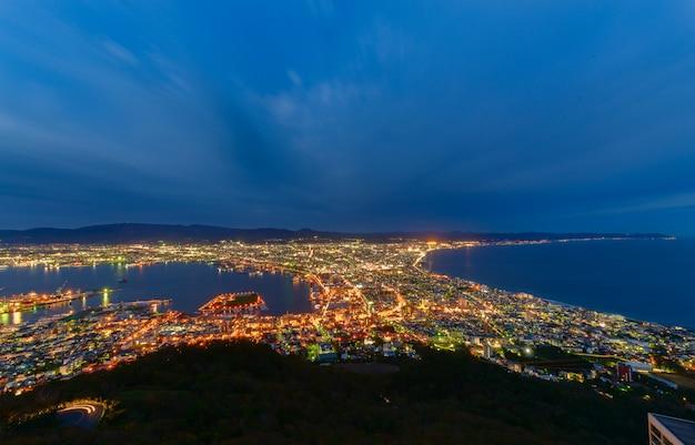 Uitzicht op de stad hakodate vanaf de berg hakodate Premium Foto