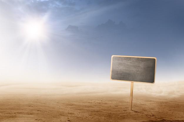 Uitzicht op de woestijn met zonlicht en weinig schoolbord plank voor copyspace Premium Foto