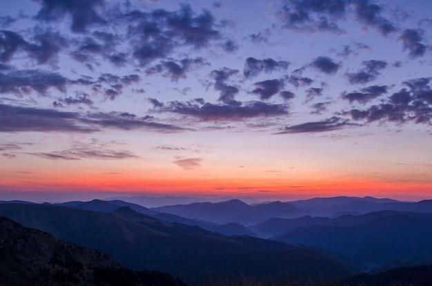 Uitzicht op de zonsondergang vanuit de bergen Gratis Foto