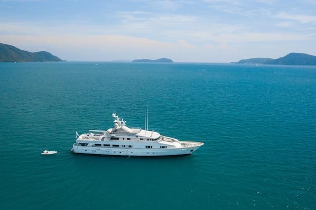 Uitzicht op een luxe wit jacht in de blauwe zee Premium Foto