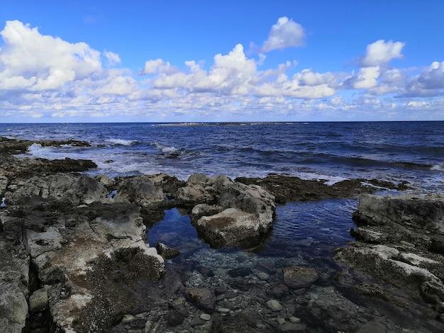 Uitzicht op een prachtig rustig strand met rotsen in malta vastgelegd op een zonnige dag Gratis Foto