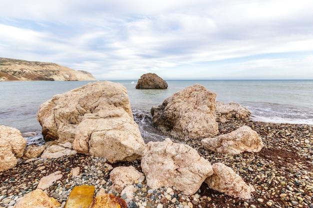 Uitzicht op een rotsachtige kust in de ochtend Premium Foto