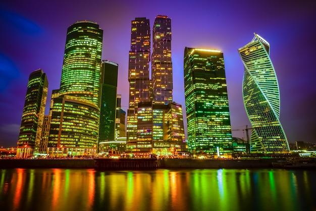 Uitzicht op een stad met verlichte wolkenkrabbers in de nacht Gratis Foto