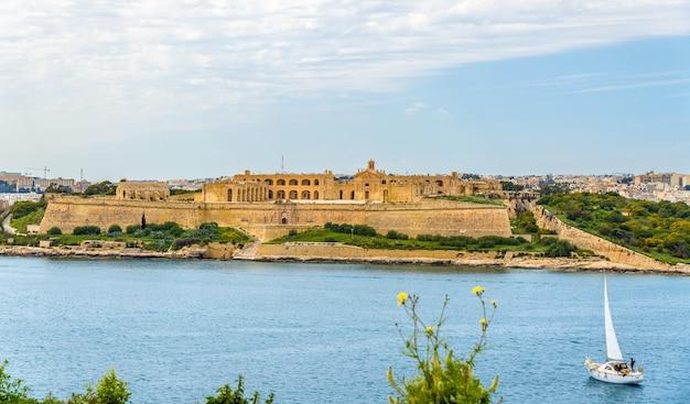 Uitzicht op fort manoel in de buurt van valletta malta Premium Foto