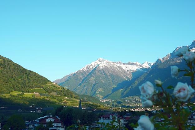 Uitzicht op gebouwen omgeven door steile bergen Gratis Foto