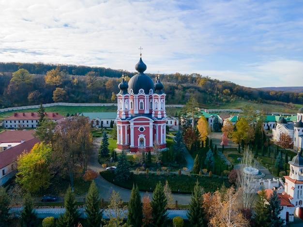 Uitzicht op het curchi-klooster vanaf de drone. kerken, andere gebouwen, groene gazons en wandelpaden. heuvels met in de verte groen. moldavië Gratis Foto