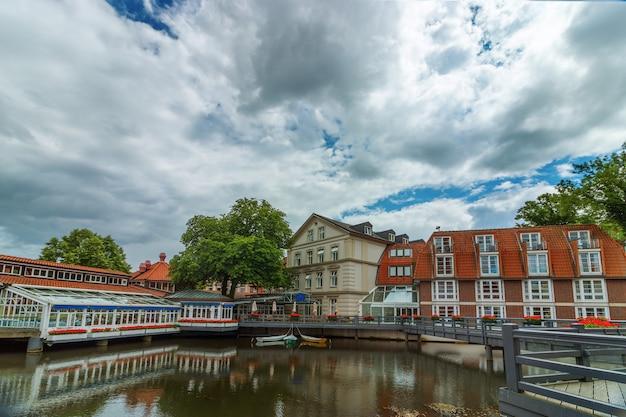 Uitzicht op het kleine duitse stadje luneburg. mooi stadsgezicht met reflecties van huizen op water en lucht met wolken. Premium Foto