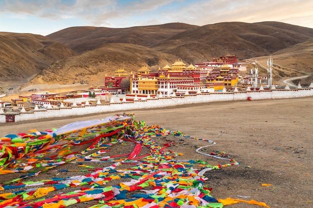 Uitzicht op het tibetaanse klooster in litang, sichuan, china. uitzicht op boeddhistische tempel in de vallei van litang in de ochtend. Premium Foto