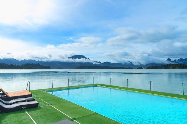 Uitzicht op het zwembad en het meer Premium Foto