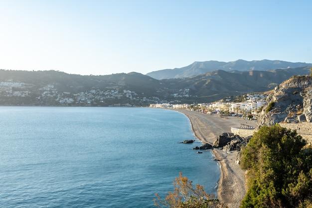 Uitzicht op la herradura beach, almuñecar, granada, andalusië, spanje Premium Foto