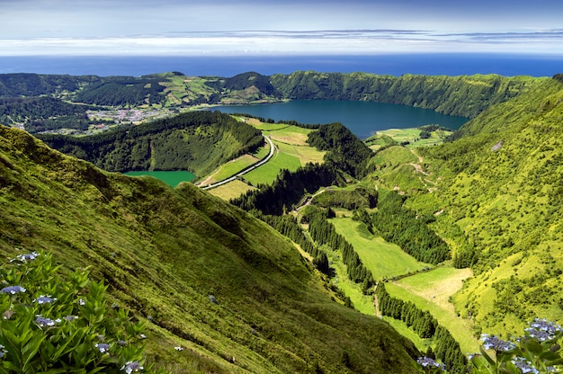 Uitzicht op lagoa de santiago en lagoa azul van de groene bergen in sao miguel, azoren-eilanden, portugal Premium Foto