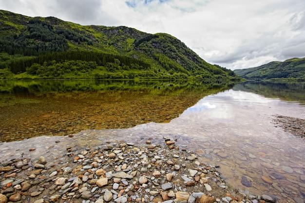 Uitzicht op loch lubnaig, schotland Premium Foto