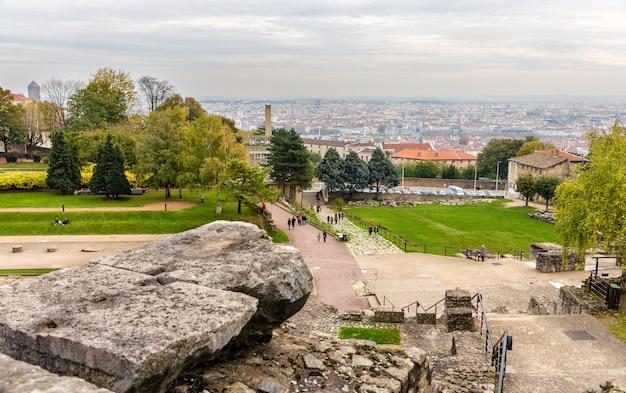 Uitzicht op lyon vanaf de archeologische vindplaats fourvière Premium Foto