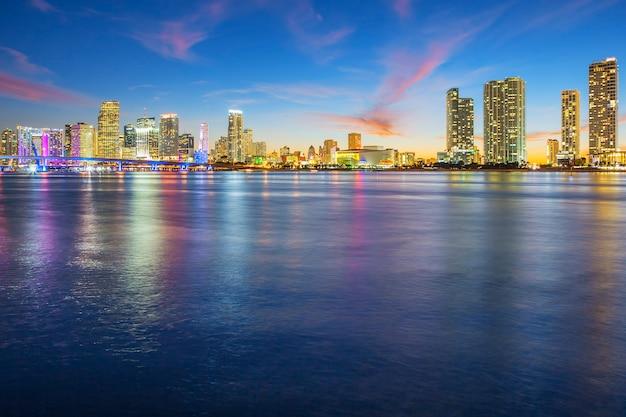 Uitzicht op miami bij zonsondergang, verenigde staten. Premium Foto