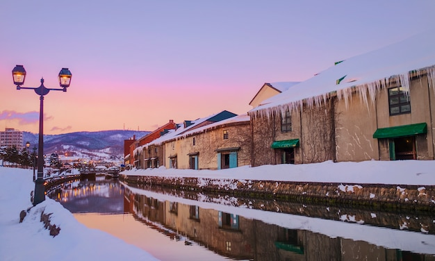 Uitzicht op otaru canel in het winterseizoen met zonsondergang, hokkaido - japan. Gratis Foto