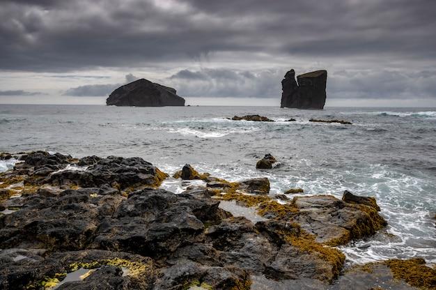 Uitzicht op rotsachtige strand in mosteiros. sao miguel island. azoren portugal Premium Foto