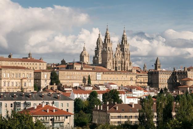 Uitzicht op santiago de compostela en verbazingwekkende kathedraal van santiago de compostela met de nieuwe gerestaureerde gevel Premium Foto