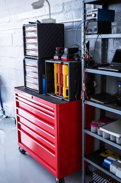 Uitzicht op toolbox en machines Gratis Foto