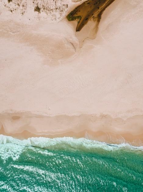 Uitzicht op zee golven en zandstrand Gratis Foto