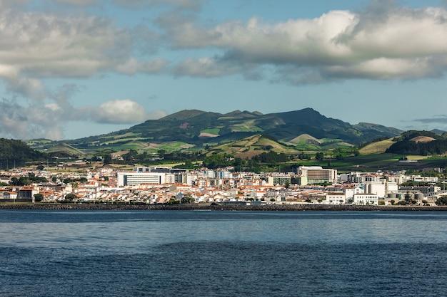 Uitzicht vanaf de oceaan op het eiland sao miguel in de portugese autonome regio van het eiland azoren. Gratis Foto