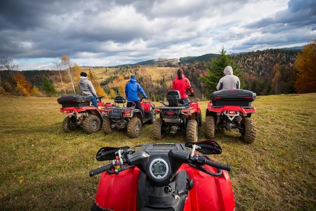 Uitzicht vanaf de quad. vier mannen bij atv genieten van een prachtig landschap Premium Foto