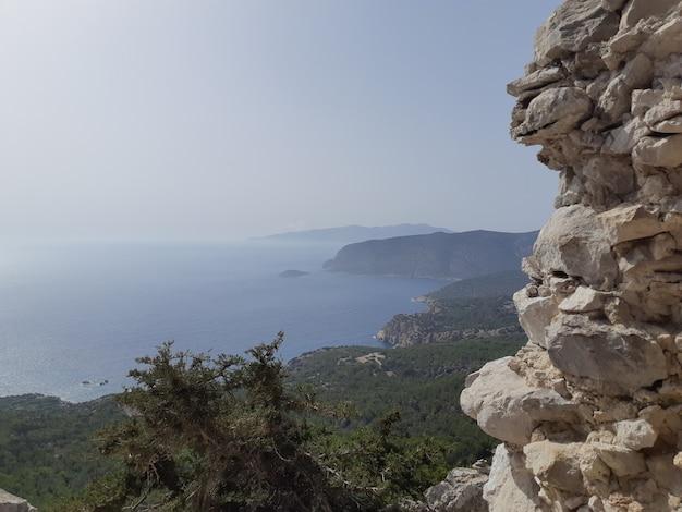 Uitzicht vanaf de ruïnes van een kerk in monolithos kasteel Premium Foto