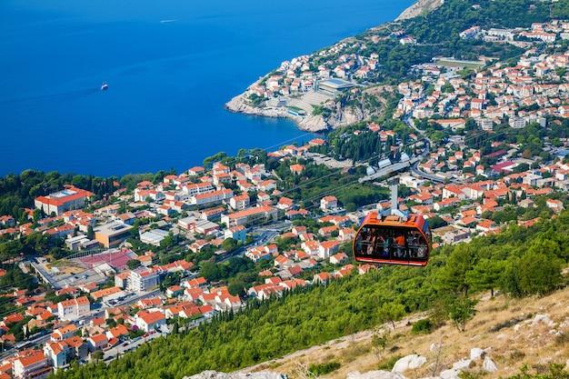 Uitzicht vanaf de top van de berg srdj naar de stad dubrovnik met een kabelbaan naar beneden, kroatië Premium Foto