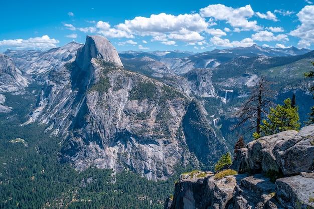 Uitzicht vanaf het gletsjerpunt van half dome Premium Foto