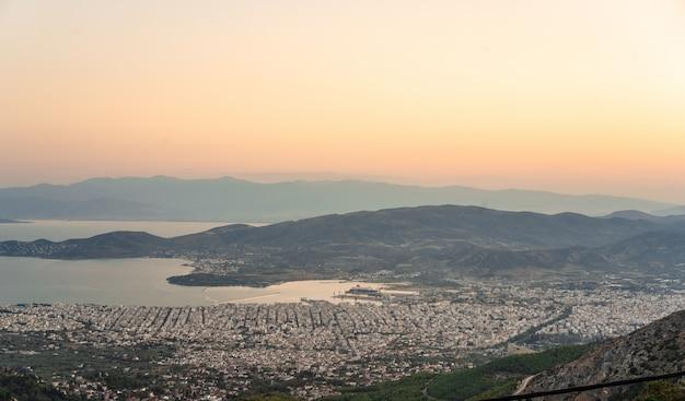 Uitzicht vanaf het hooggebergte op de kuststad. makrinitsa Gratis Foto