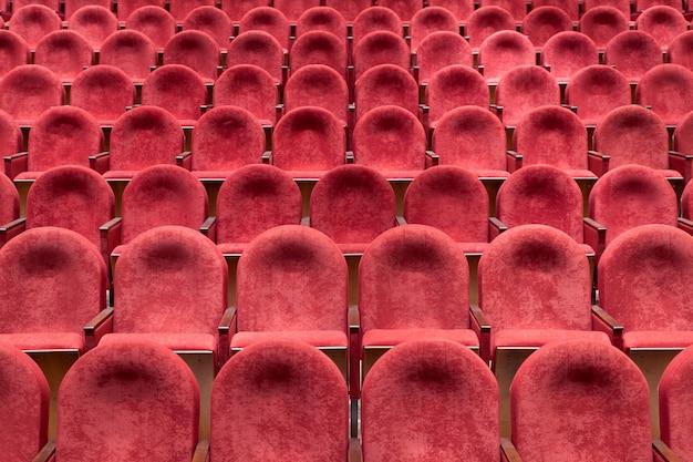 Uitzicht vanaf trappen op rijen van comfortabele rode stoelen in theater Premium Foto