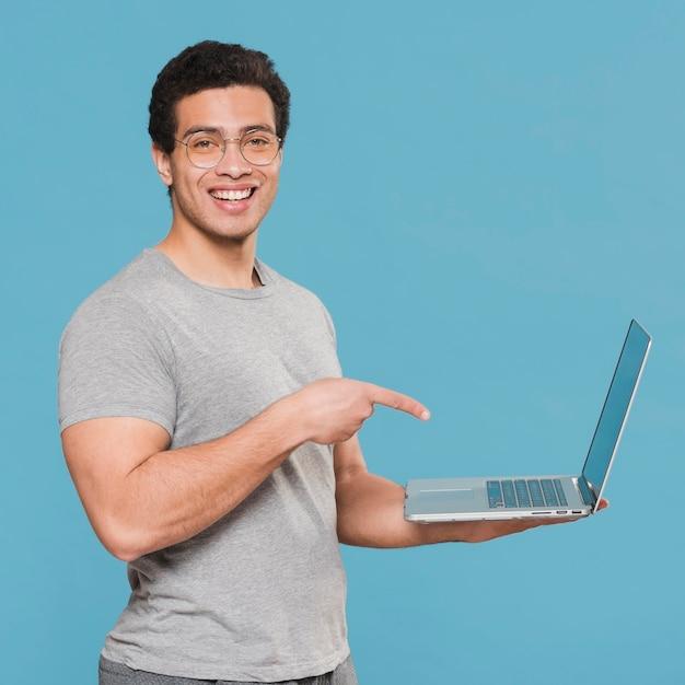 Universitaire student die zijn laptop toont Gratis Foto